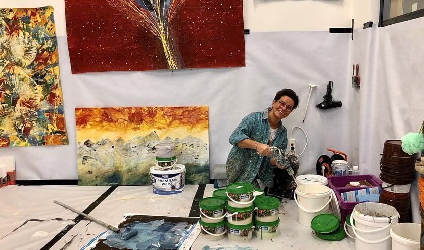 Claudia is bezig met verf maken in haar atelier op de Noordkade in Veghel.