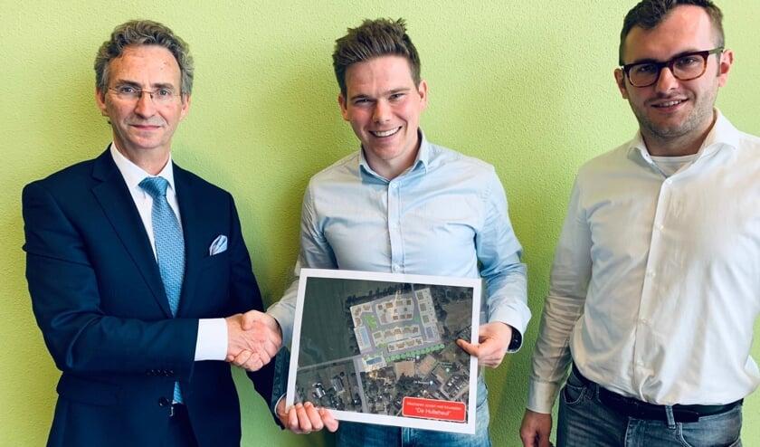 Wethouder Johan van der Schoot kreeg het plan uit handen van Erik van Gool. Rechts Wim van Hout.