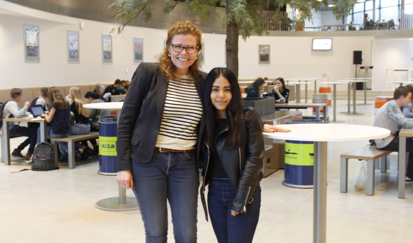 Barbara Sol en Fernanda Zavala (L) gingen op uitwisseling in elkaars thuisland. Barbara ging naar Mexico en Fernanda zit op school in Nederland.