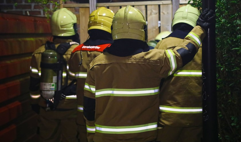 De brandweer in de Zwaluwstraat. (Foto: Gabor Heeres / Foto Mallo)