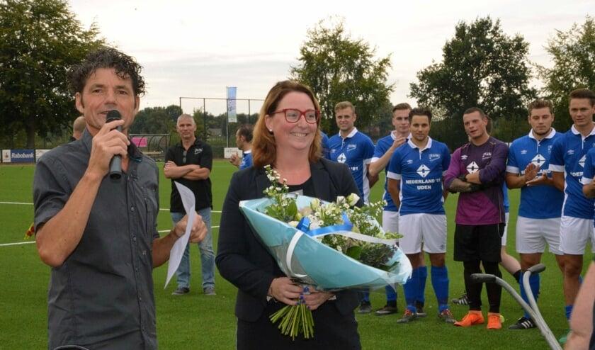 Jan van den Elzen samen met wethouder Verkuijlen bij het 50-jarig jubileum FC de Rakt vorig jaar
