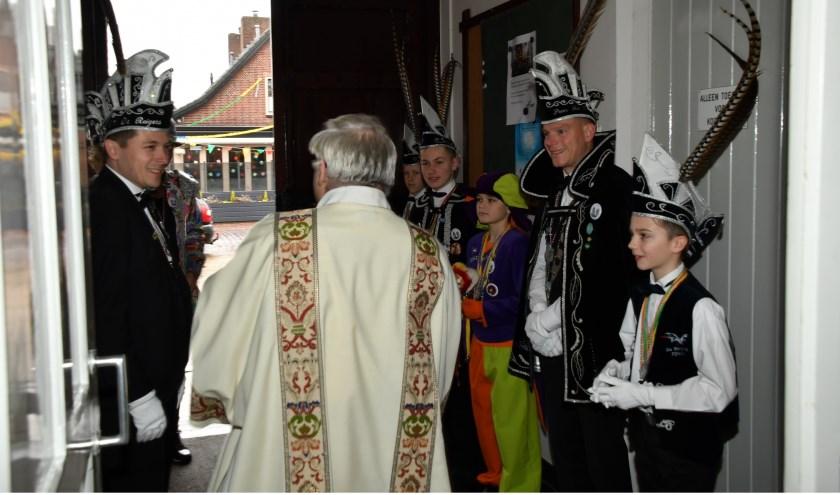 Diaken Rien van der Zanden verwelkomt Prins en Adjudant