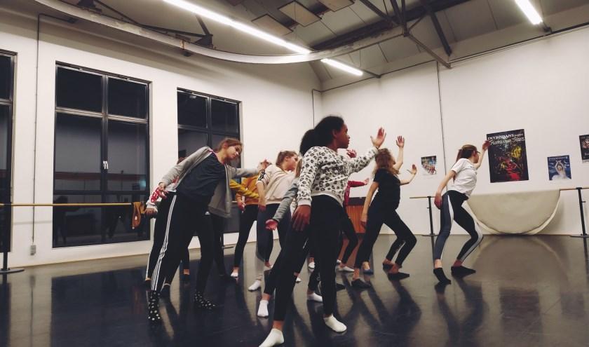 De choreografie is gebaseerd op de negatieve gevolgen van social media op het zelfbeeld van jongeren.