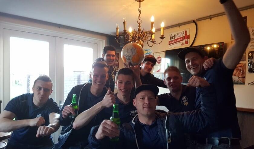 Spelers van SBV vieren de winst op Heerewaarden.