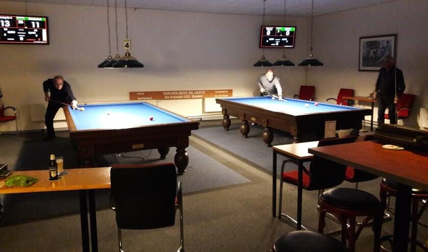 De wedstrijdzaal van Biljartcentrum Uden. In de grote zaal staan nog eens drie biljarts