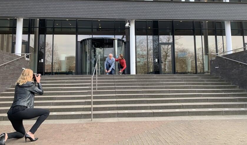 Erica Goedegebuure zet wethouder Kees van Geffen en Sandra van de Goor op de foto.