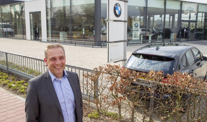 Directeur Jorrit Waterschoot voor de vernieuwde showroom van Nobra Cars in Uden, die zaterdag 13 april wordt heropend. (foto: Ad van de Graaf)