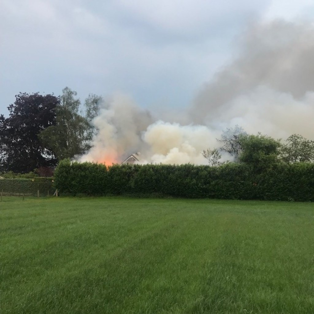 Brand in Geffen. (Foto: Frank van der Heijden)  © Kliknieuws Oss