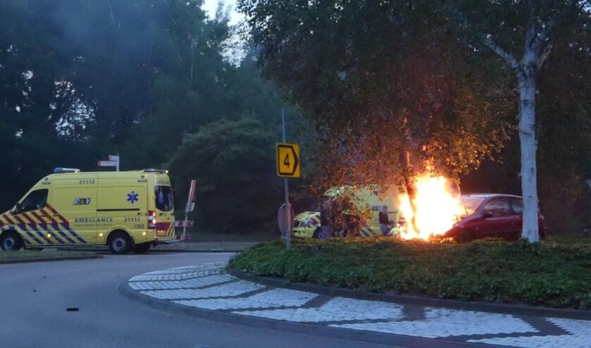 Automobilist gewond bij ongeval op Osse rotonde; auto vliegt in brand. (Foto: Thomas)