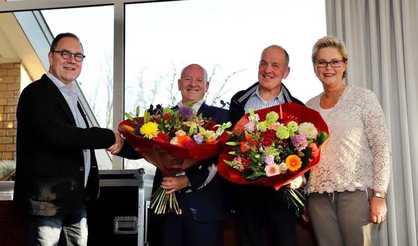 Oud-eigenaren Sjel van Dijk en Jeanne van Dijk van Taxi Van Dijk en de nieuwe eigenaren de broers Maarten en Hein van Driel uit Oss. (Foto: Karel ten Haaf / Ten Haaf Fotografie)