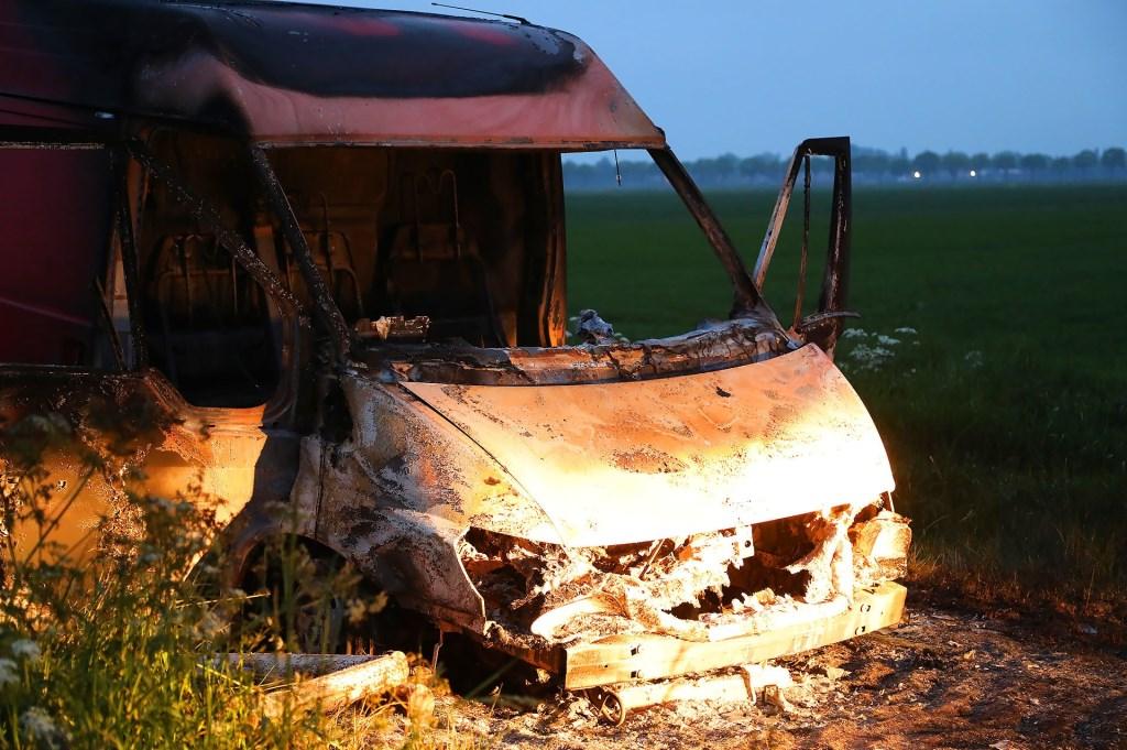 Politie doet onderzoek na aantreffen van uitgebrande bestelbus in Lithoijen. (Foto: Gabor Heeres / Foto Mallo)  © Kliknieuws Oss
