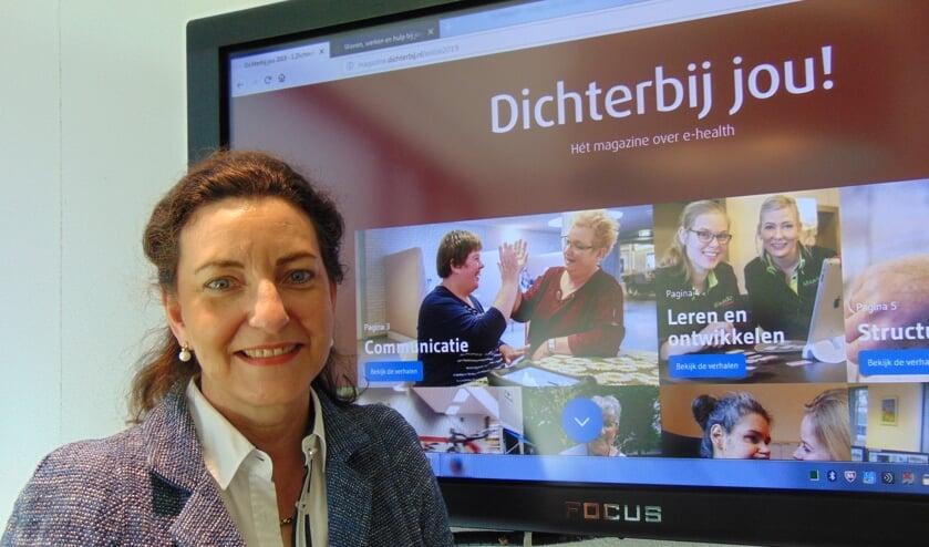 Monique Caubo bij het e-health magazine, dat cliënten van Dichterbij veel mogelijkheden biedt. (foto: Dorry Smeets)