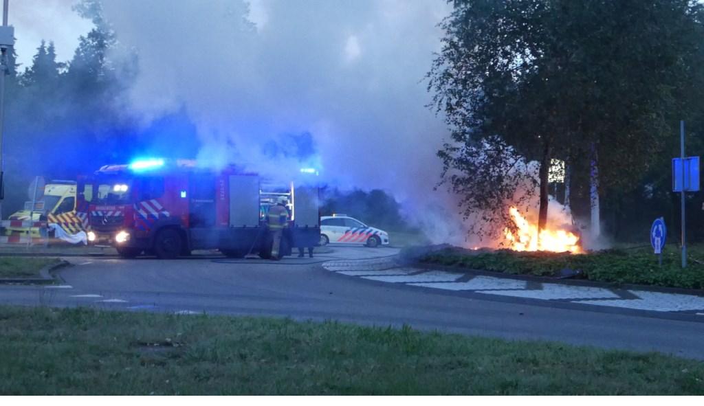Automobilist gewond bij ongeval op Osse rotonde; auto vliegt in brand. (Foto: Thomas)  © Kliknieuws Oss