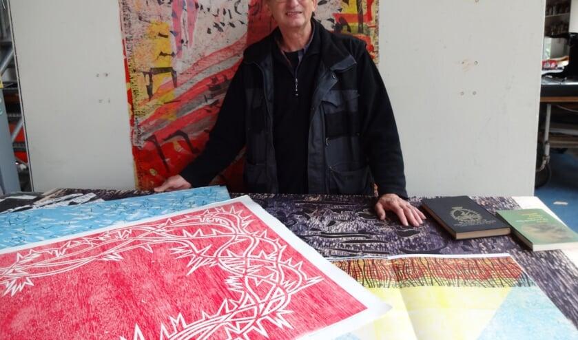 Marie te midden van zijn werk in zijn atelier  (foto: Ankh van Burk)