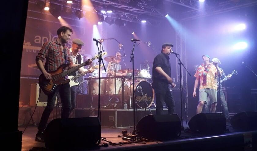 De mannen van Aplous op het podium