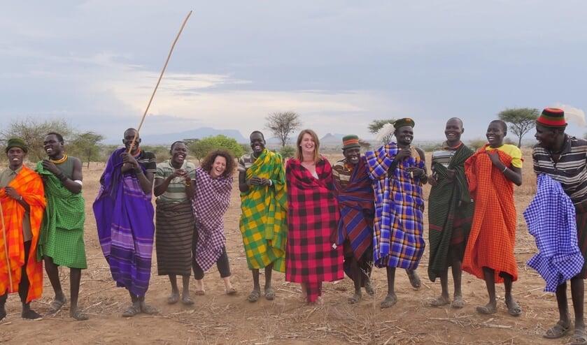 Joanna Leijten (vijfde van links) in Oeganda.