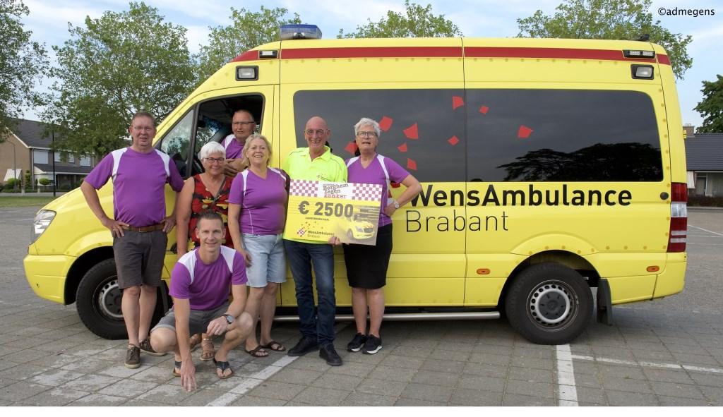 Stichting Berghem tegen Kanker reikt een cheque uit aan WensAmbulance Brabant. (Foto: Ad Megens)  © Kliknieuws Oss