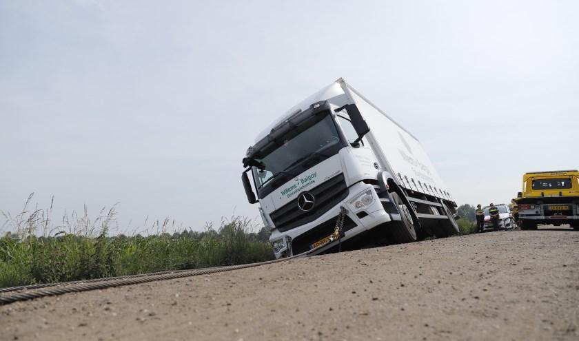 Een vrachtwagen is vanochtend in de berm beland in Ledeacker.