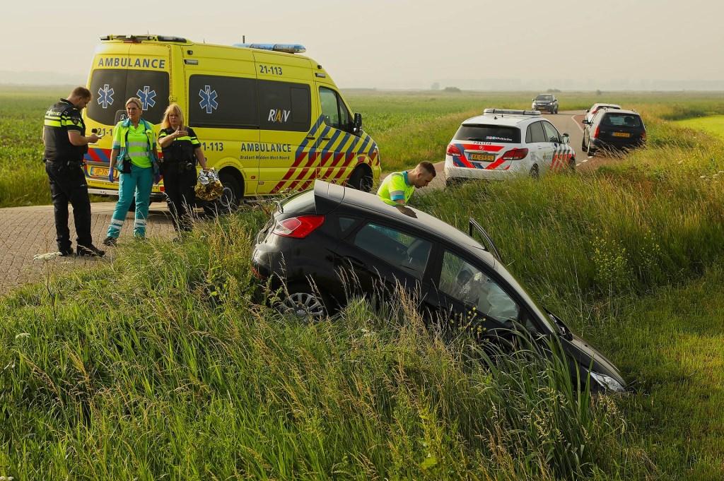 Auto van de weg geraakt in Maren-Kessel. (Foto: Gabor Heeres / Foto Mallo)  © 112 Brabantnieuws