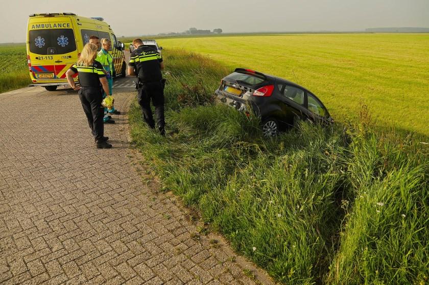 Auto van de weg geraakt in Maren-Kessel. (Foto: Gabor Heeres / Foto Mallo)