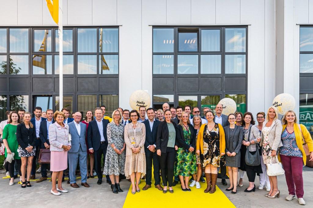 CEO Frits van Eerd en managing director Peter Isaac poseren met hun personeel voor het zojuist geopende Jumbo kantoor in Brasschaat. Foto: Stephan Tellier © Kliknieuws Veghel