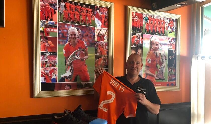 Kastelein Pascal Leenhouwers van café 't Centrum met het Oranjeshirt van de Boxmeerse international Kika van Es.