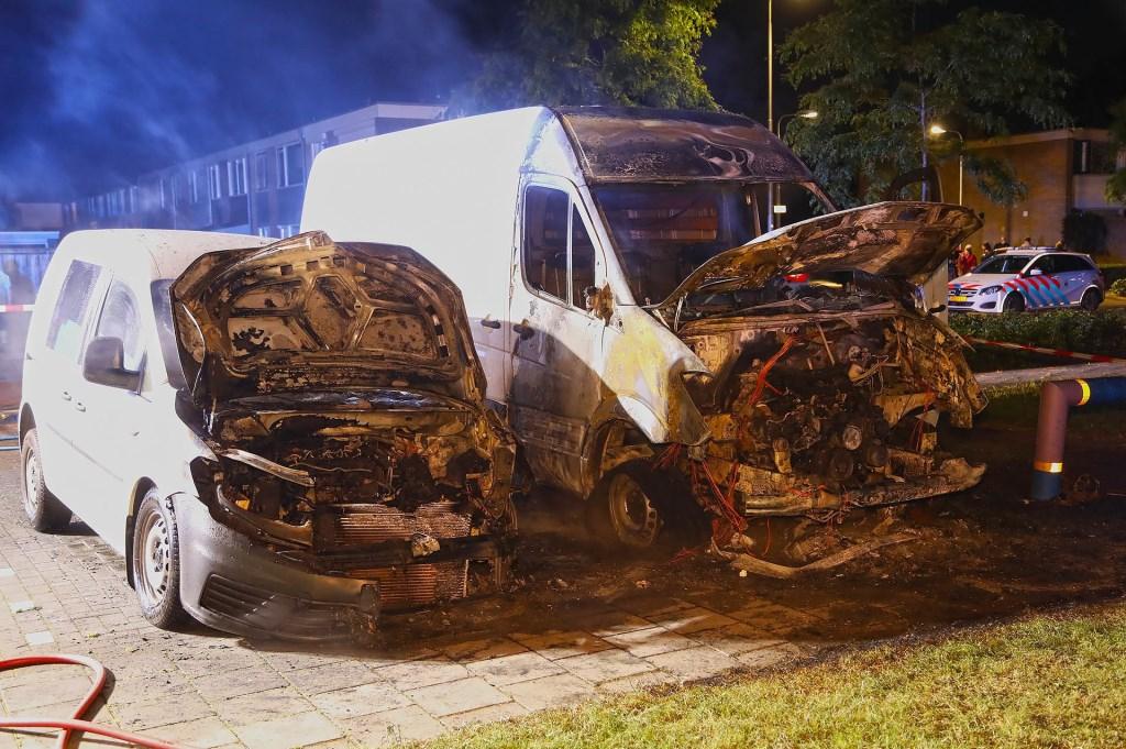Bestelbusjes in brand in de Verdistraat. (Foto: Gabor Heeres / Foto Mallo)  © 112 Brabantnieuws
