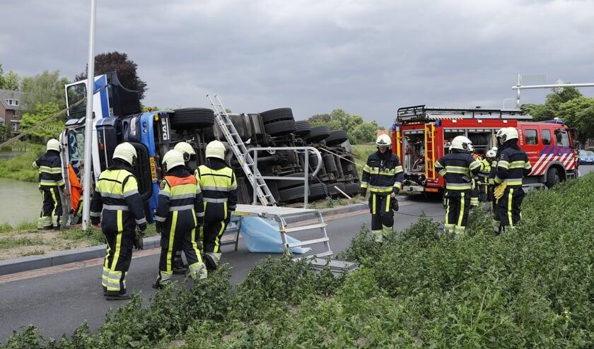 Bij een ongeval op de N324 in Grave is een chauffeur bekneld komen te zitten.