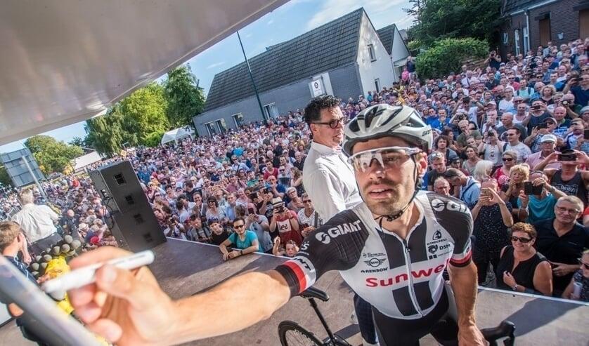 Tom Dumoulin tekent de presentielijst op het meet and greetpodium, vorig jaar tijdens Daags na de Tour.