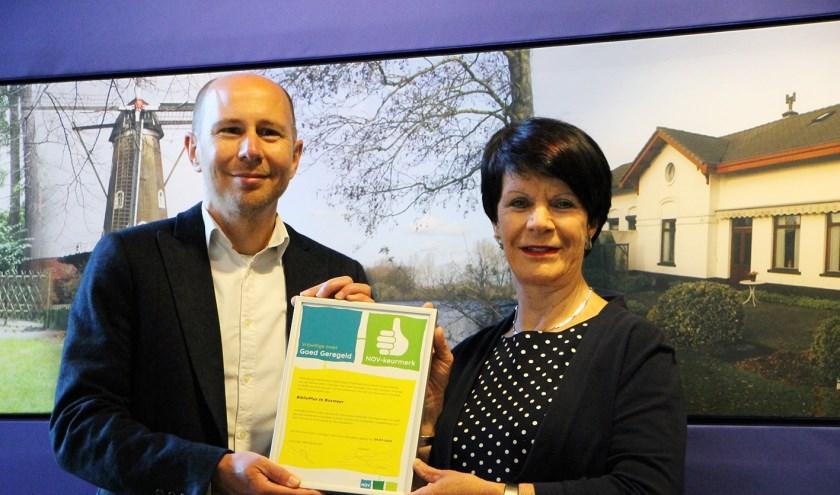 Cyril Crutz ontving uit handen van wethouder Willy Hendriks het NOV-keurmerk 'Goed geregeld!'