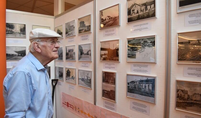 Jacob van Tankeren bekijkt de foto's van 150 jaar Duits Lijntje in de Gennepse kenniskeuken.