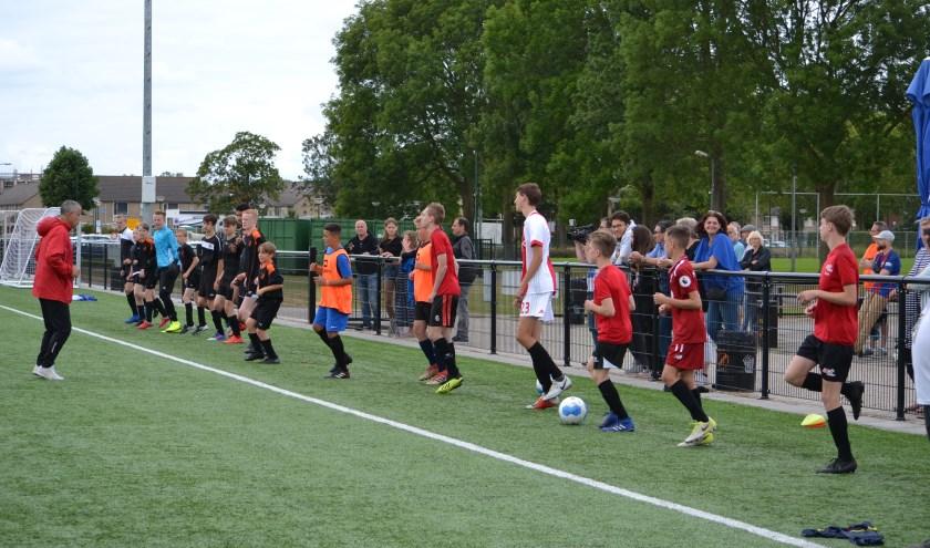 Jeugdvoetballertjes uit Spanje en Cuijk trainen deze week samen op de Campus Holanda bij SIOL.