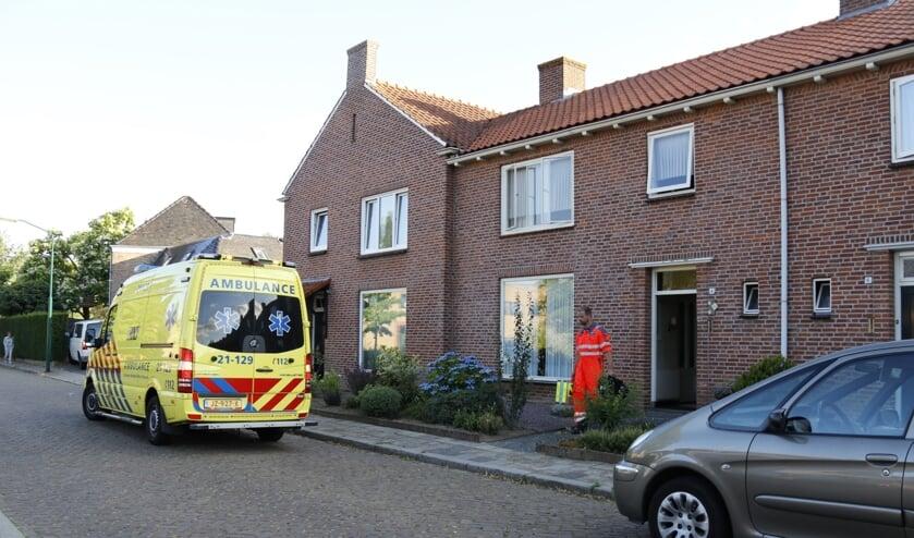 Achter een woning aan de Irenestraat in Boxmeer is een vrouw gewond geraakt toen zij in de vijver viel.