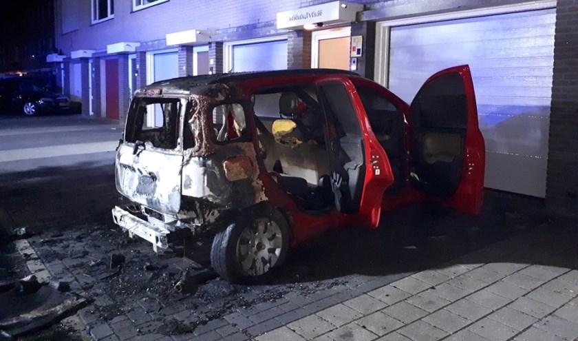 De uitgebrande auto (foto: Facebook Politie Uden)