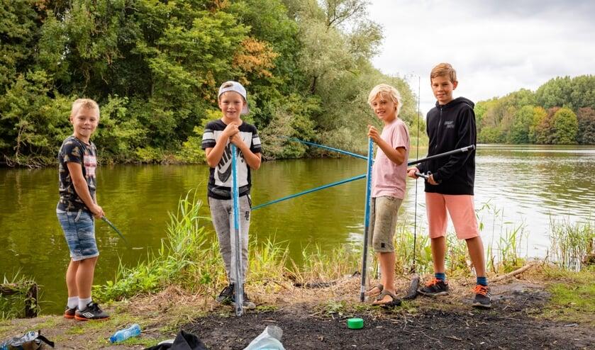 Kinderen kunnen ook zélf vissen tijdens de ZomerVISkaravaan.