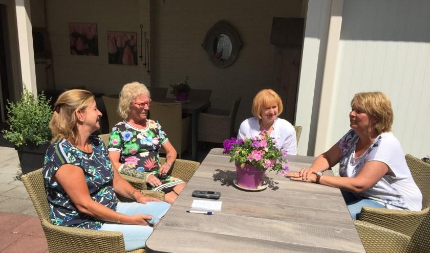Medewerkers en vrijwilligers van De Cocon (VPTZ) in Sint Anthonis in gesprek met elkaar. 'Het is erkentelijk werk, zeker niet verdrietig.' (foto: Martijn Schwillens)