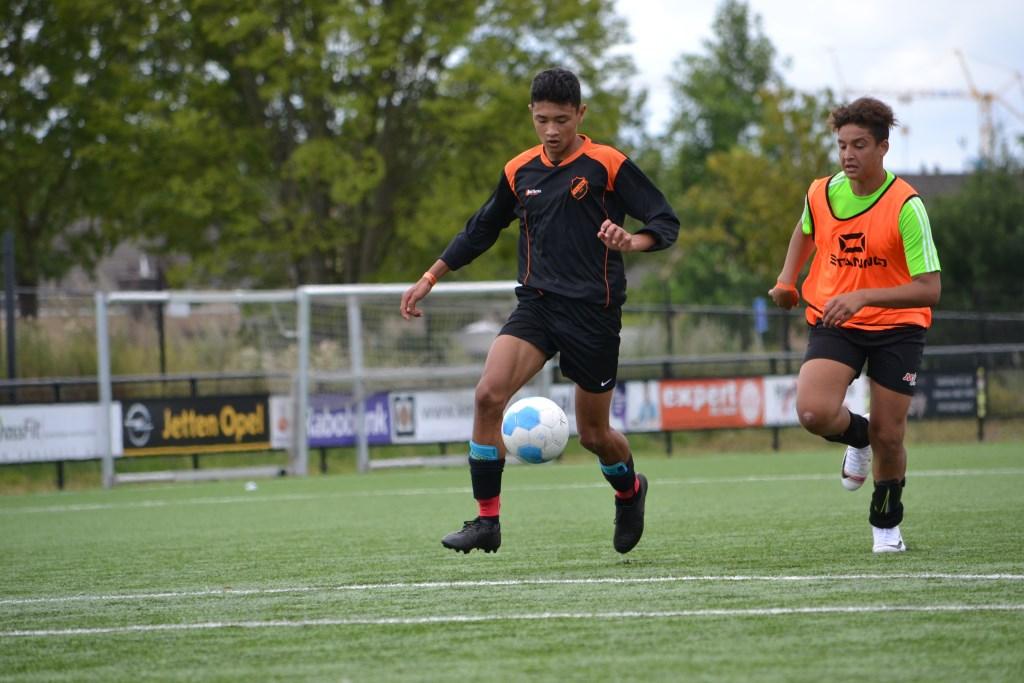 Jeugdvoetballertjes uit Spanje en Cuijk trainen deze week samen op de Campus Holanda bij SIOL.  Foto: Gerno de Haas © Kliknieuws De Maas Driehoek