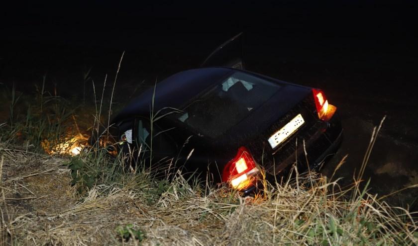 Automobiliste rijdt de sloot in bij Landhorst.