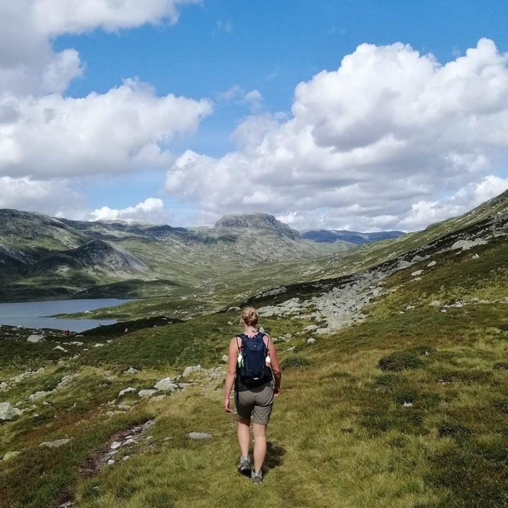 Op deze foto zie je Bianca Van de Burgt hiken in de weidse stille Hardangervidda in Noorwegen. © Kliknieuws Uden