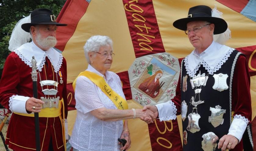 Koning Arie van de Kimmenade feliciteert Anna in het bijzijn van hoofdman Jos Huijben.