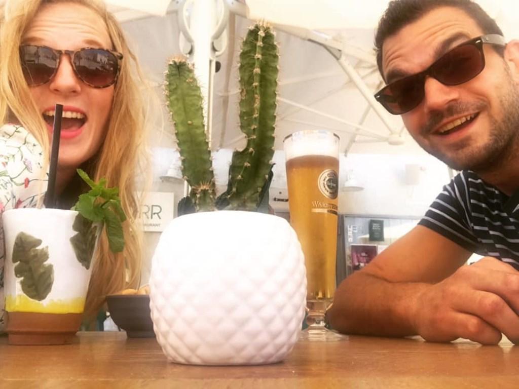 Valerie van Laar bracht de vakantie door in Puglia, Zuid-Italië. Hier pakken ze lekker een drankje op een terrasje. © Kliknieuws Uden