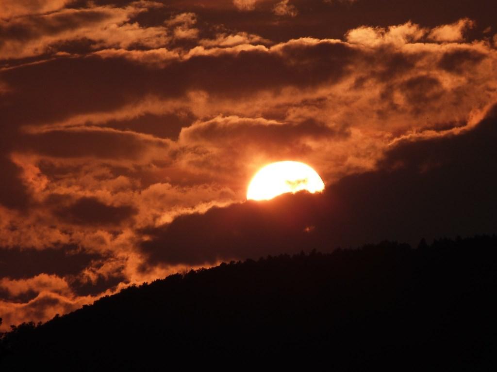 Deze zonsondergang in Eupilio, Italië mag er wel wezen! Tinie En Gerrie Bekkers maakten 'm live mee. © Kliknieuws Uden