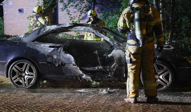 Autobrand in Zwaluwstraat. (Foto: Gabor Heeres / Foto Mallo)  © Kliknieuws Oss