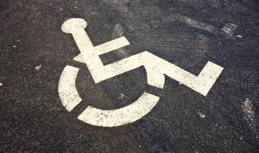 Vrouw beboet voor parkeren op invalidenparkeerplaats.