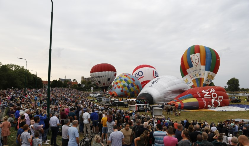 Drie keer is scheepsrecht: Tientallen ballonnen gaan op zondagavond alsnog de lucht in.