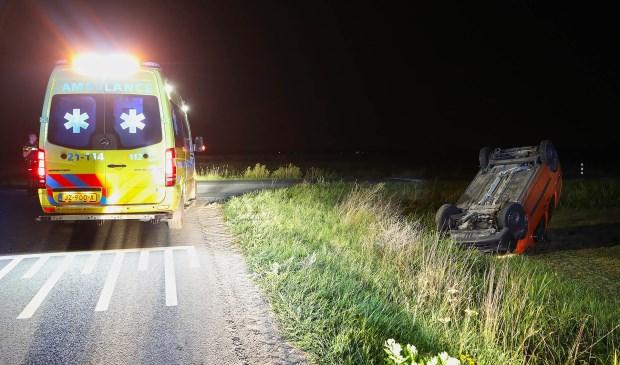 Auto op de kop in weiland; bezorger cafetaria ongedeerd. (Foto: Gabor Heeres / Foto Mallo)  © Kliknieuws Oss