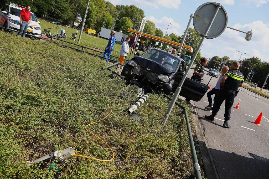 Brommobiel rijdt verkeerslicht en hekje omver op Hescheweg. (Foto: Gabor Heeres / Foto Mallo)  © Kliknieuws Oss