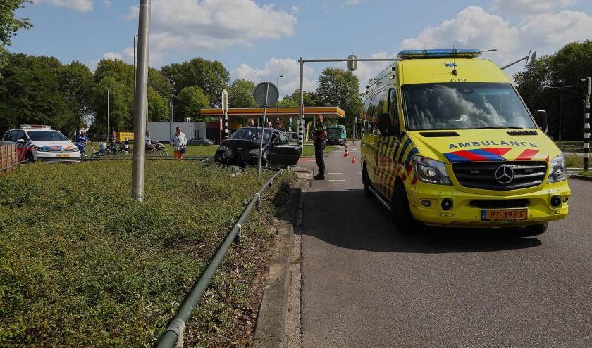 Brommobiel rijdt verkeerslicht en hekje omver op Hescheweg. (Foto: Gabor Heeres / Foto Mallo)