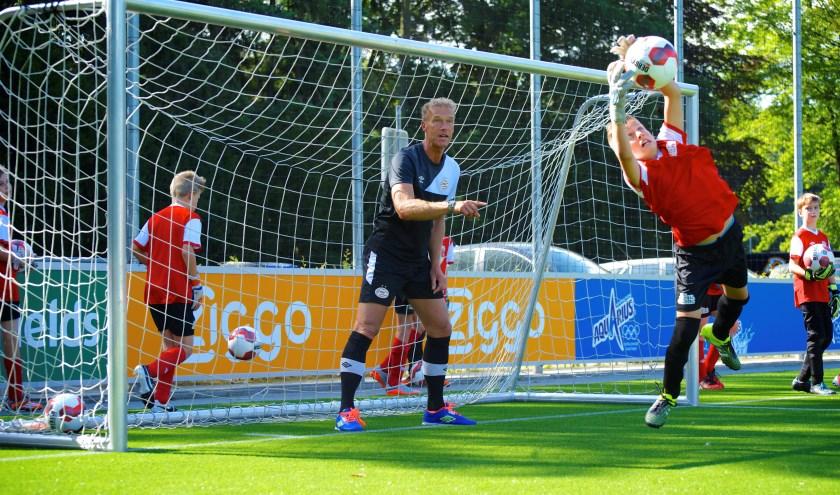 Wim Ribbens aan het werk met jonge keepers.
