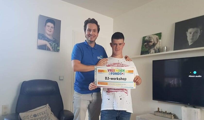 Juul van den Brink (rechts) wordt door Jelmer Huigen van Spieren voor Spieren verrast met een cheque van het VriendenFonds.